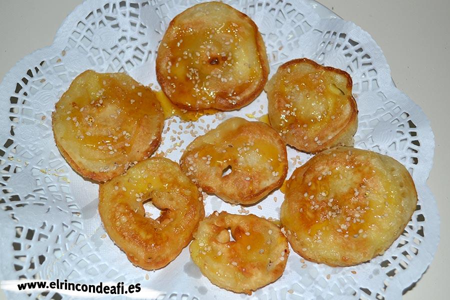 Buñuelos de manzana, con miel y sésamo