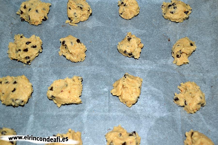 Cookies, poner porciones de masa en el horno
