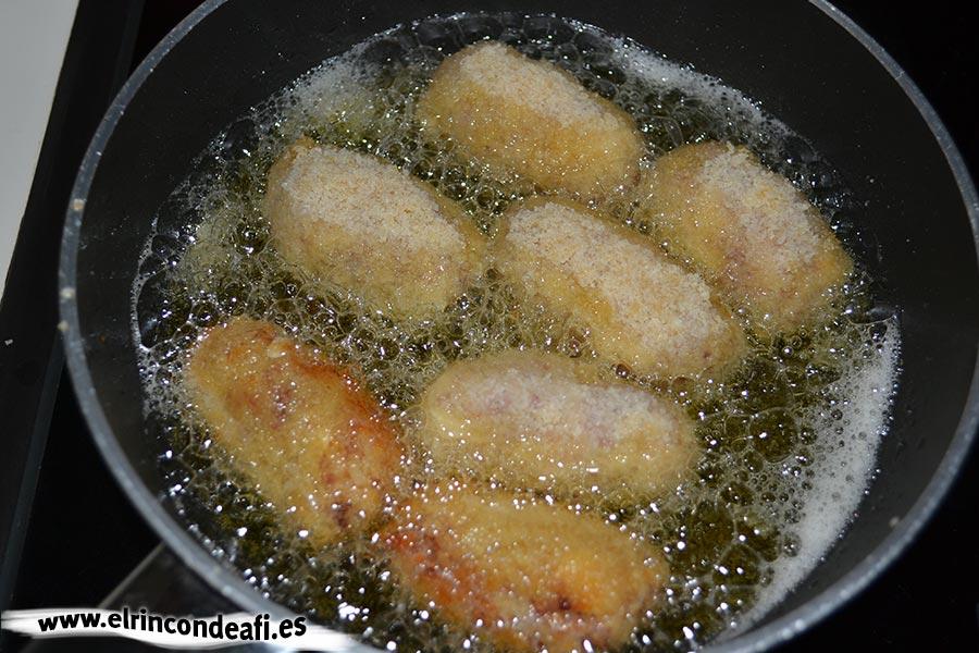 Croquetas de jamón serrano y huevos duros, freír en abundante aceite