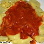 Tortellini con tomate y bacon