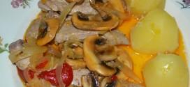 Bonito con champiñones, cebollas y pimientos