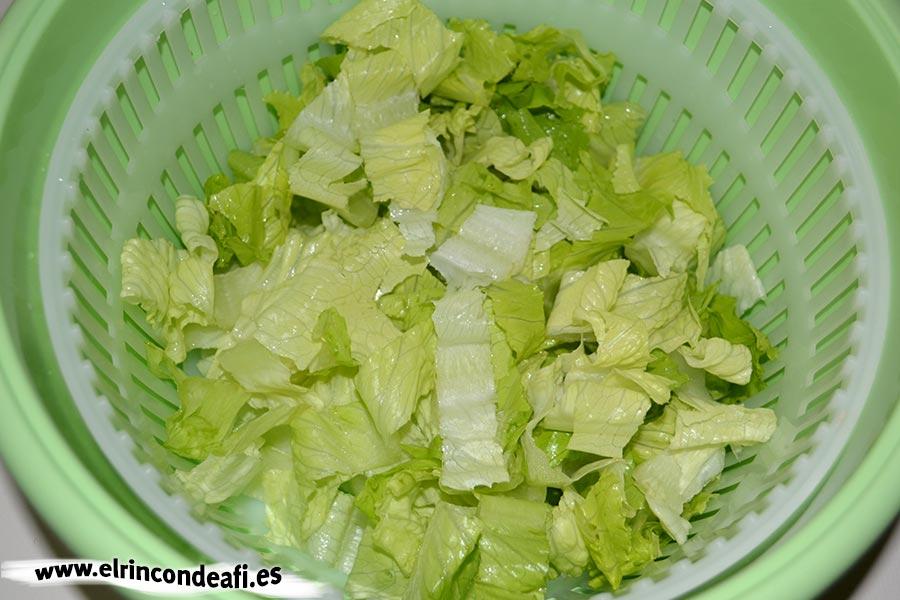 Ensalada de melón, langostinos, lechuga y aguacate, cortar, lavar y secar la lechuga