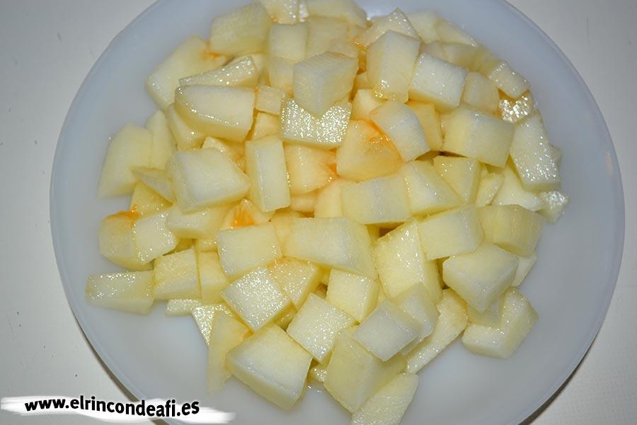Ensalada de melón, langostinos, lechuga y aguacate, cortar el melón