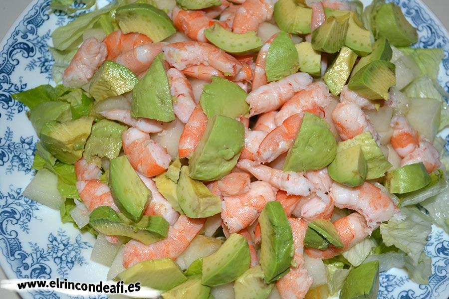 Ensalada de melón, langostinos, lechuga y aguacate, mezclar ingredientes
