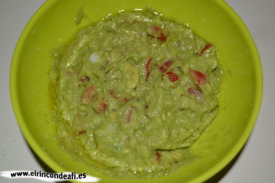 Guacamole, remover y añadir aceite de oliva y zumo de lima