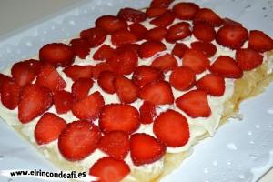 Hojaldre relleno con fresas y nata, cubrir con fresas