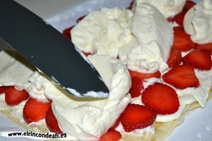 Hojaldre relleno con fresas y nata, volvemos a cubrir con nata montada