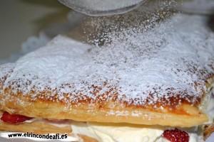 Hojaldre relleno con fresas y nata, decoramos con azúcar glass