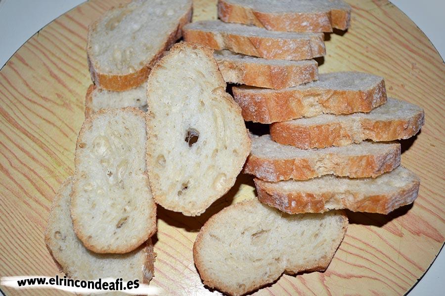 Sopa de ajo, cortar el pan