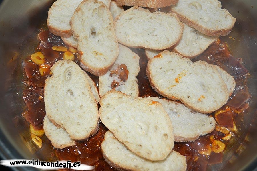 Sopa de ajo, incorporar el pan