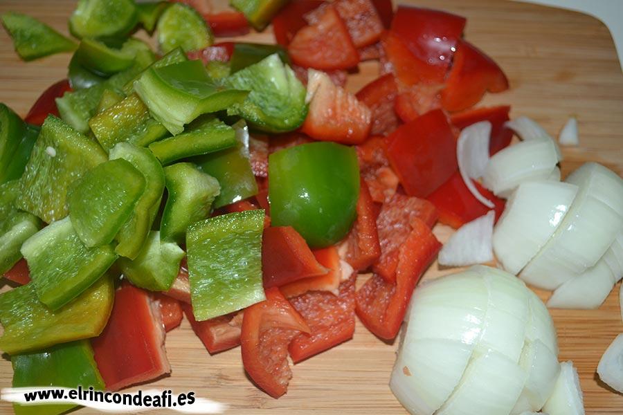 Ternera con salsa de ostras al wok, trocear pimientos y cebollas