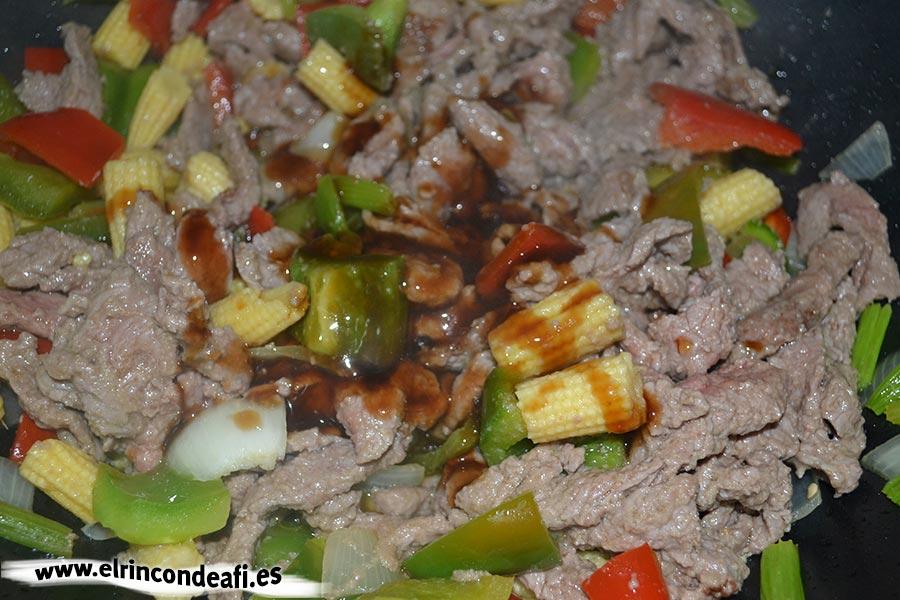 Ternera con salsa de ostras al wok, añadir sésamo y jengibre