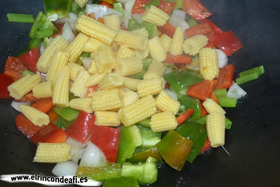 Ternera con salsa de ostras al wok, añadir las mazorcas de maíz