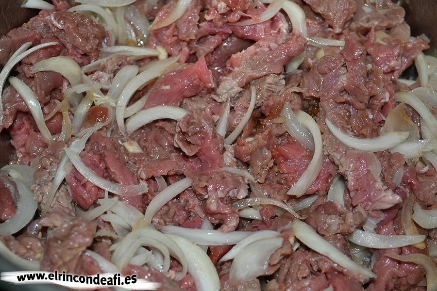 Ternera con salsa y cuscús, añadirle la carne a la cebolla