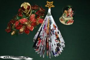 Árbol de Navidad hecho con una revista