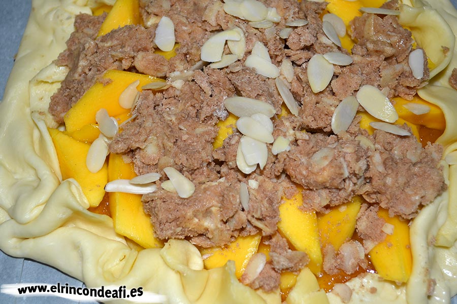 Cestito de mangas con almendras, poner la mezcla en la masa sobre la capa de mangas