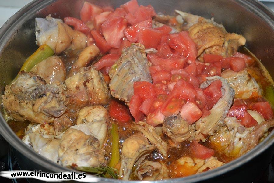 Conejo estofado, añadir el tomate, el vaso de vino blanco y el pimetón
