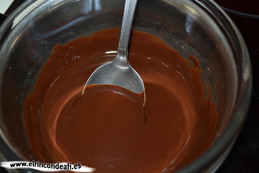 Dátiles y orejones rellenos, fundimos el chocolate al baño María