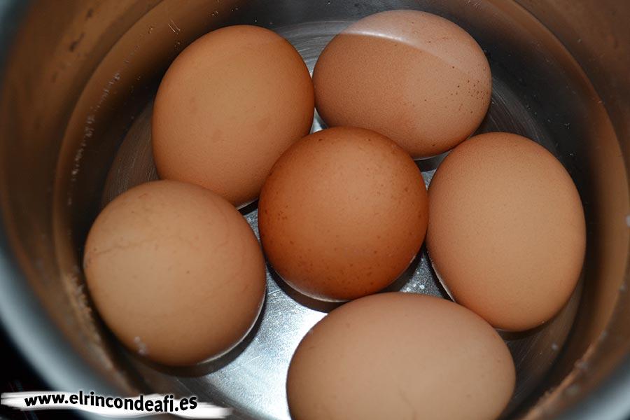Huevos rellenos, sancochamos los huevos