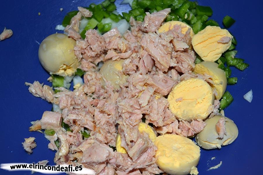 Huevos rellenos, añadimos el atún
