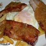 Secreto ibérico con huevos rotos y cebolla caramelizada