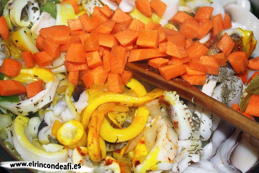 Calamares con salsa, añadimos la zanahoria troceadita