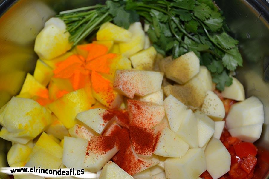 Caldo de millo, añadimos las papas, el pimentón, el colorante, el comino triturado y el cilantro