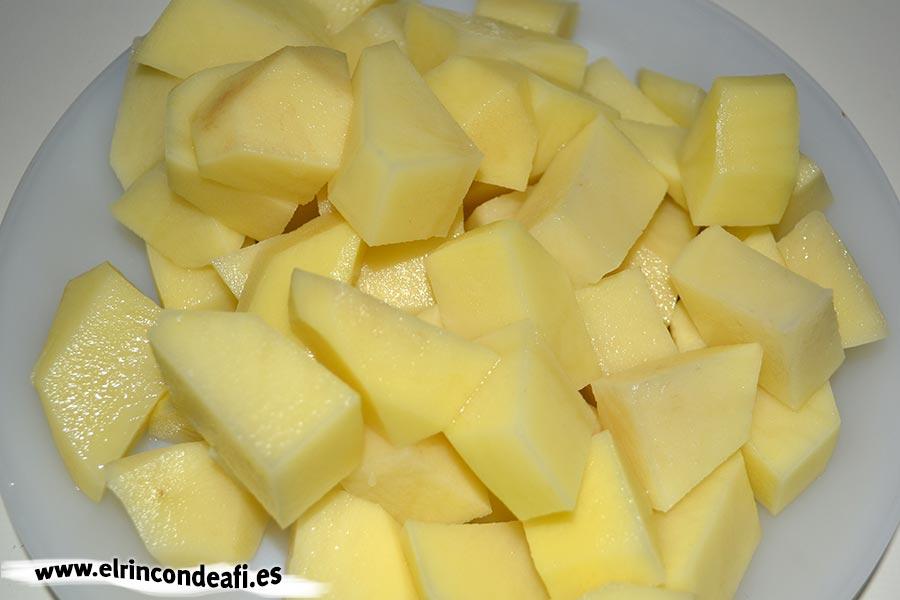 Crema de salmón ahumado, cortar las papas en cuadraditos