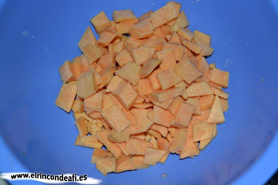 Tortilla de batata, pelar y cortar fina la batata