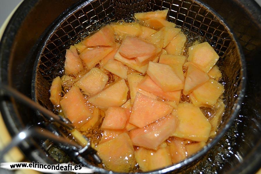 Tortilla de batata, freírla en abundante aceite