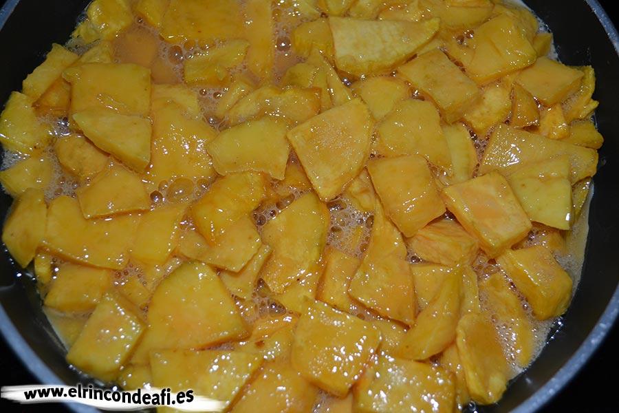 Tortilla de batata, poner en sartén caliente con aceite de oliva