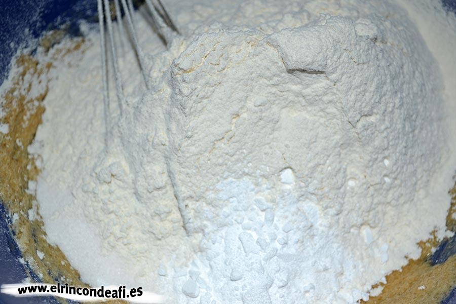 Galletas con chocolate blanco y nueces de macadamia, añadimos la harina y levadura
