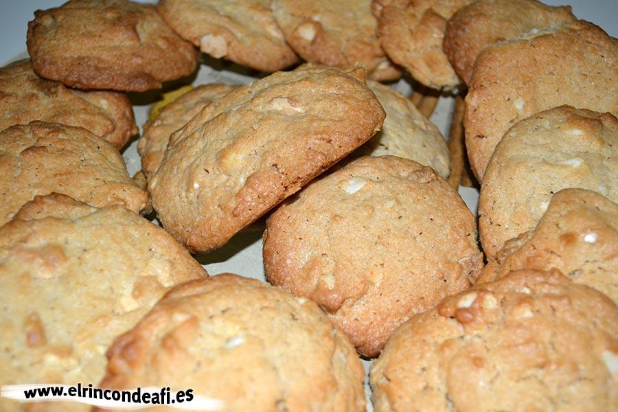 Galletas con chocolate blanco y nueces de macadamia, sugerencia de presentación