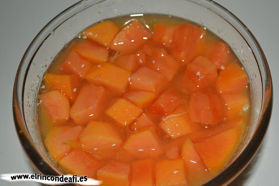 Papaya con kiwi y naranjas, poner la papaya troceada con zumo de naranja