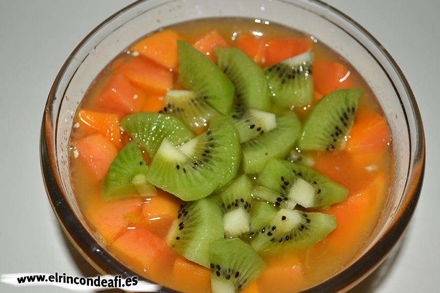 Papaya con kiwi y naranjas, añadir el kiwi troceado