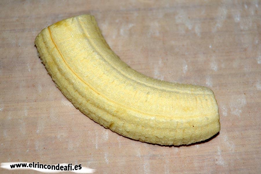 Paquetitos de pasta filo rellenos de fruta, trocear los plátanos