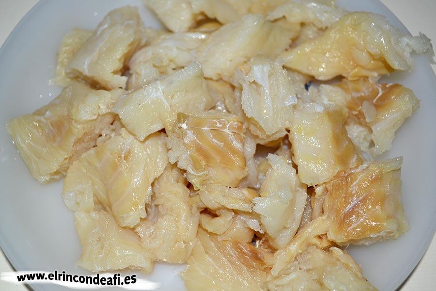 Potaje de garbanzos con acelgas y bacalao, desalar las migas de bacalao