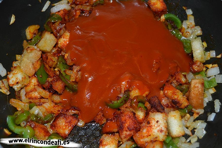 Potaje de garbanzos con acelgas y bacalao, añadir salsa de tomate