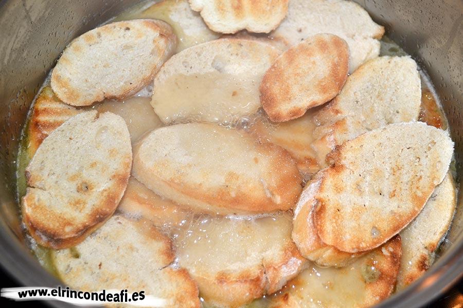 Sopa de cebolla, añadir el pan