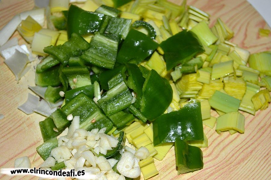 Conejo con puerros y zanahorias, picar la verdura