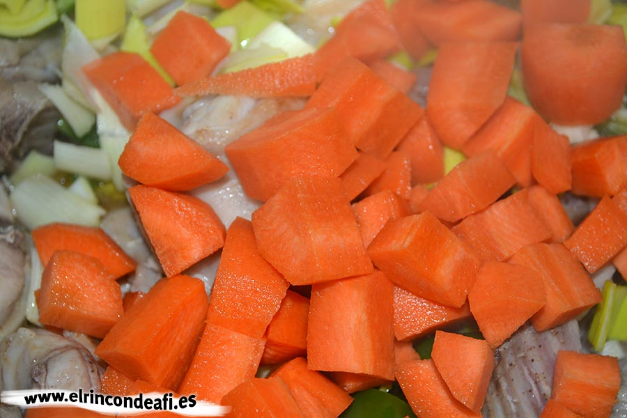 Conejo con puerros y zanahorias, añadir las zanahorias