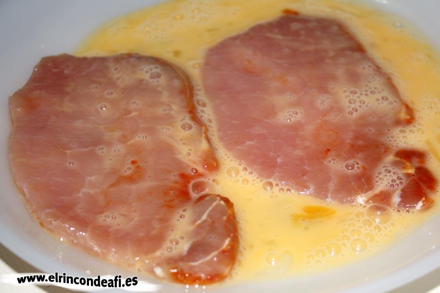 Filete de cerdo empanado con sésamo, pasar los filetes por huevo batido