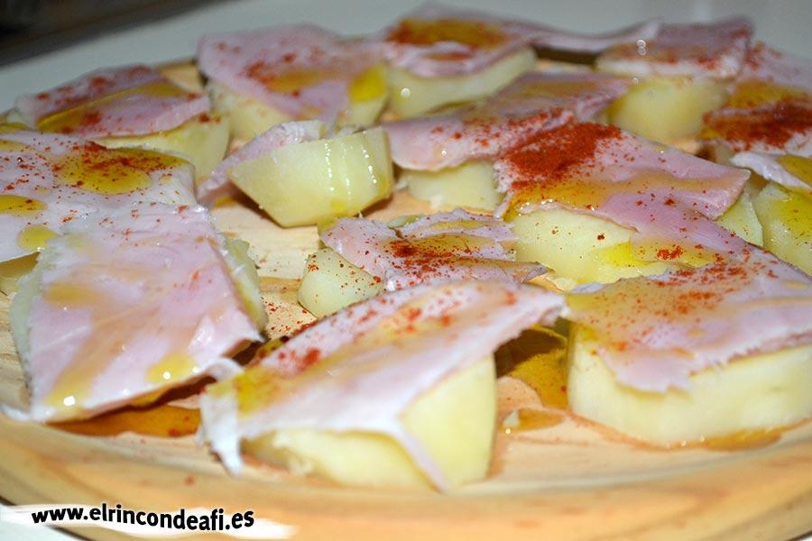 Lacón con papas, aliñar con escamas de sal y aceite de oliva
