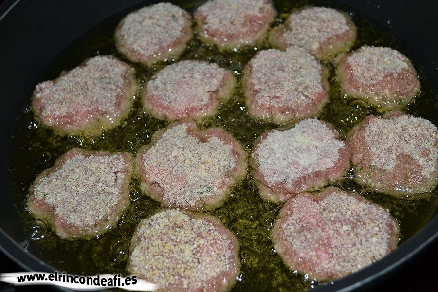 Minihamburguesas con salsa de tomate, freír en abundante aceite