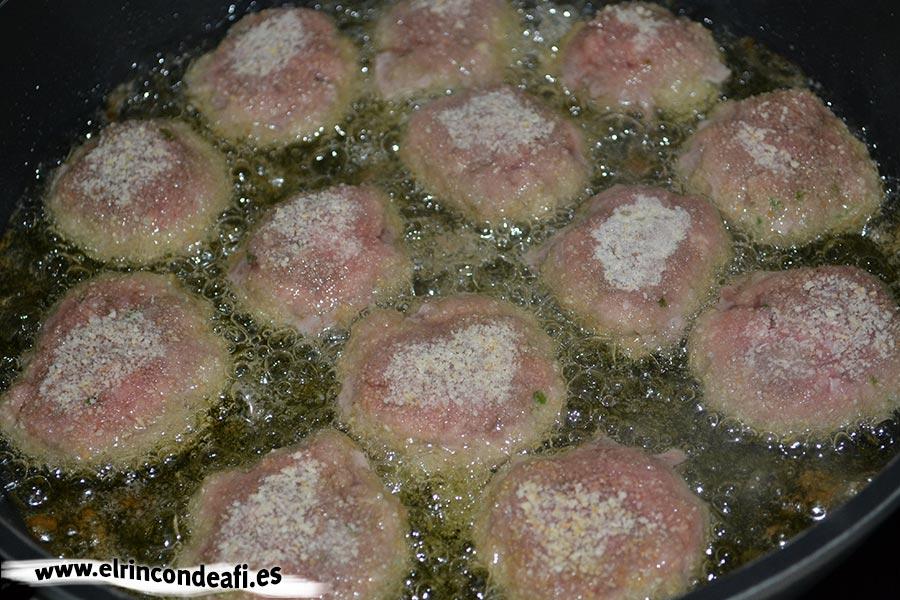 Minihamburguesas con salsa de tomate, freír hasta que queden bien hechas