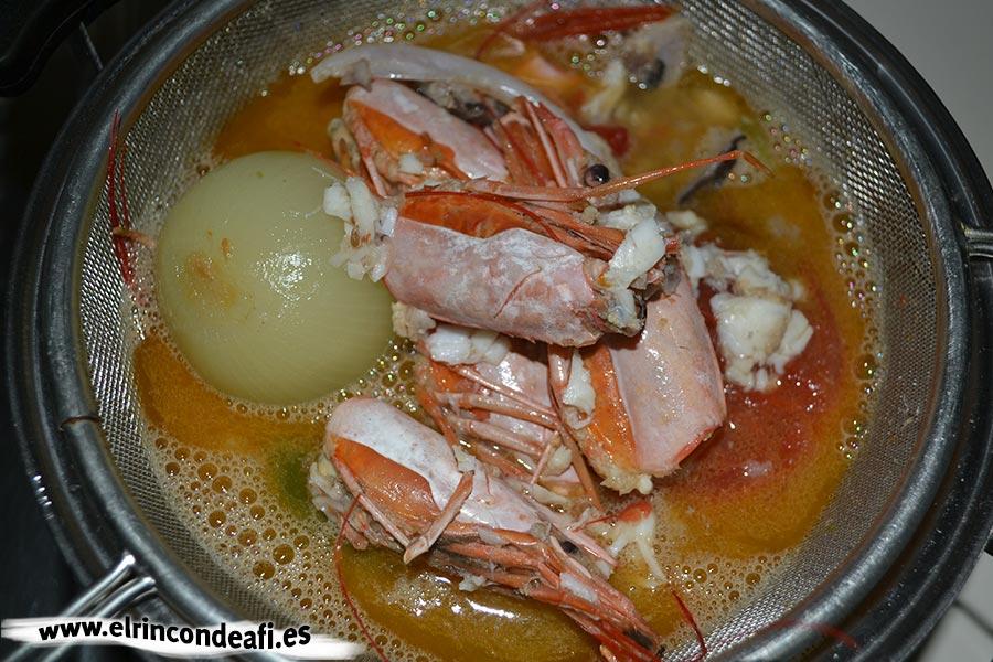Sopa de pescado y marisco, colar el caldo