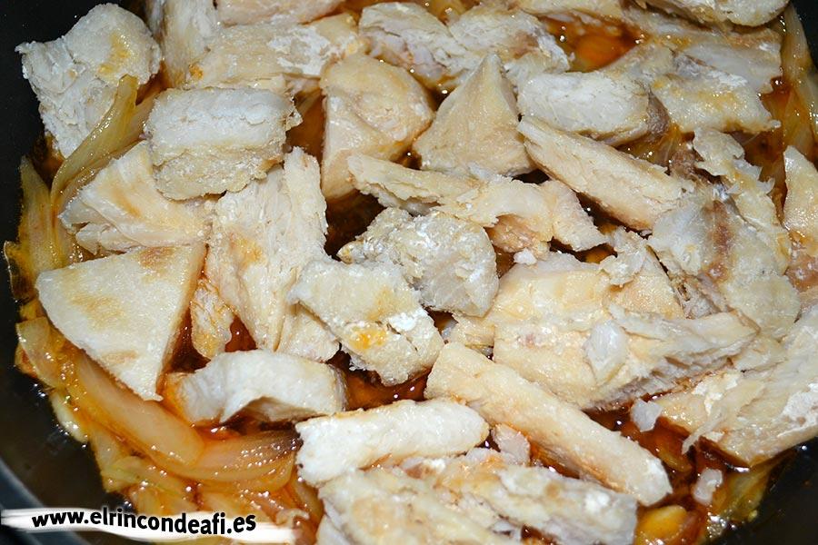 Cherne con pimientos y cebolla, añadir el pescado