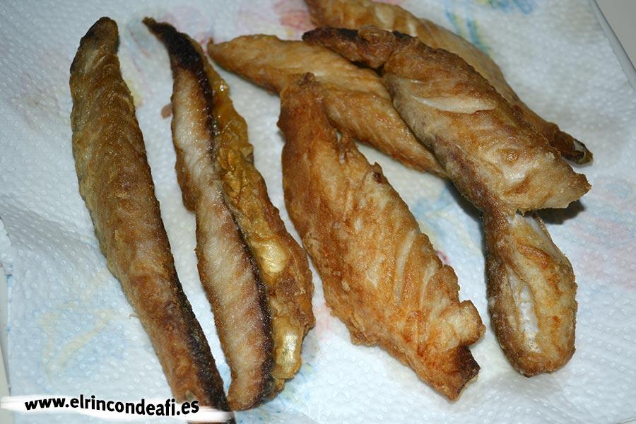Filetes de caballa rebozados, quitar el exceso de aceite con papel absorbente