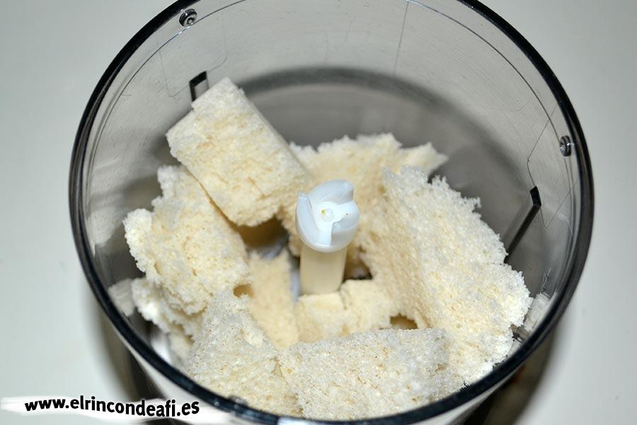 Macarrones con quesos, poner rebanadas de pan de molde en vaso triturador