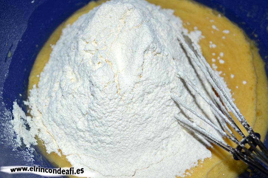 Bizcocho de yogurt 1,2,3, tamizar la harina y batir